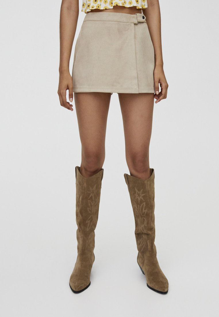 PULL&BEAR - MIT DRUCKKNOPF - Shorts - beige
