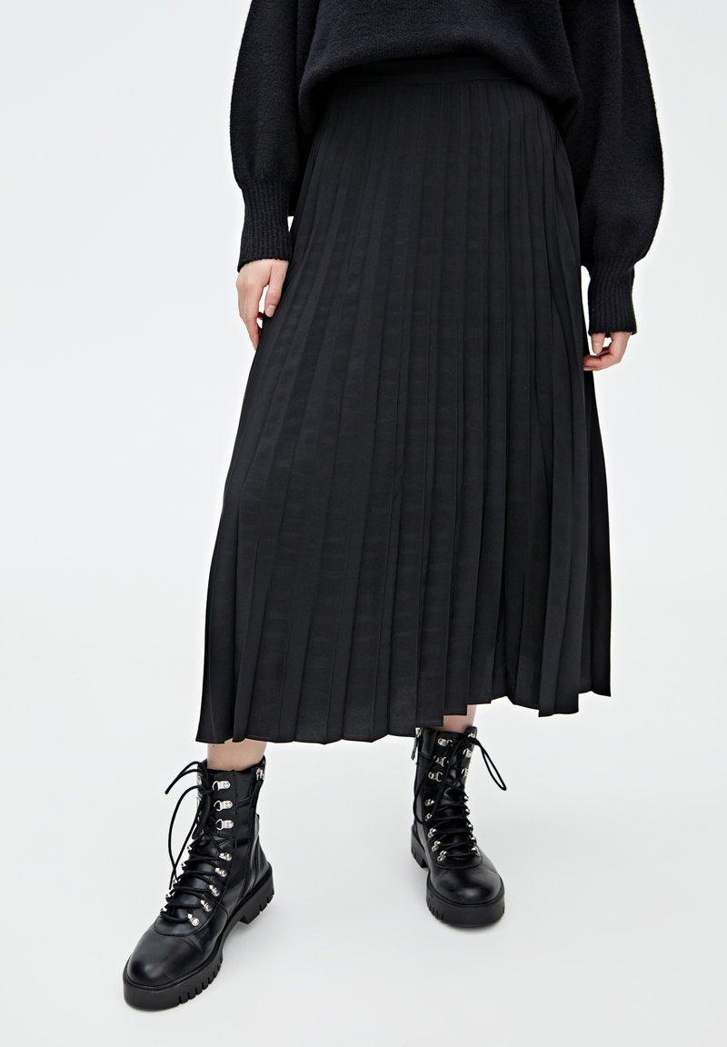 PULL&BEAR - PLISSIERTER - Jupe trapèze - black