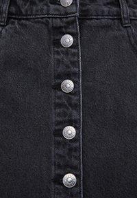 PULL&BEAR - MINI-JEANSROCK MIT FARBLICH ABGESETZTEN KNÖPFEN 05395302 - Denim skirt - black - 6
