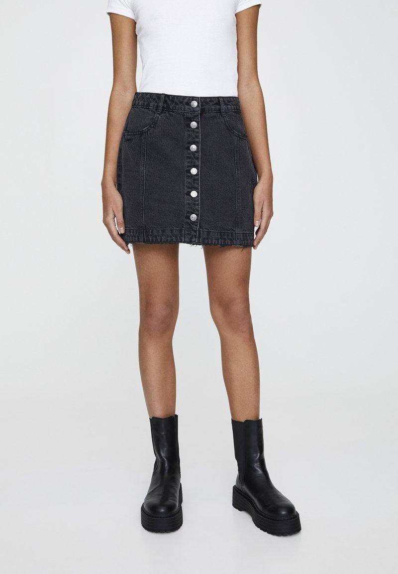 PULL&BEAR - MINI-JEANSROCK MIT FARBLICH ABGESETZTEN KNÖPFEN 05395302 - Denim skirt - black