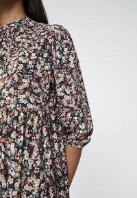 PULL&BEAR - KLEID MIT STREIFEN AUF DER BRUST 05391353 - Korte jurk - mottled bordeaux - 5