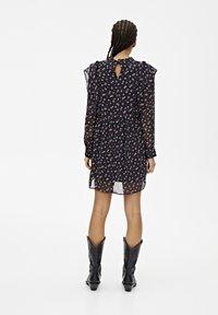 PULL&BEAR - LANGÄRMELIGES KLEID MIT BLUME 05391317 - Sukienka letnia - black - 2