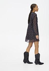 PULL&BEAR - LANGÄRMELIGES KLEID MIT BLUME 05391317 - Sukienka letnia - black - 3