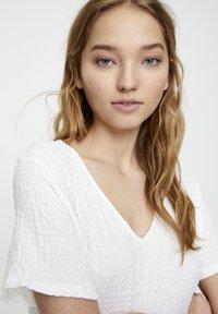 PULL&BEAR - IN WICKELOPTIK - Day dress - white - 4