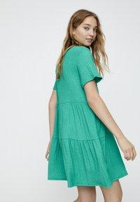 PULL&BEAR - IN WICKELOPTIK - Denní šaty - mottled dark green - 3