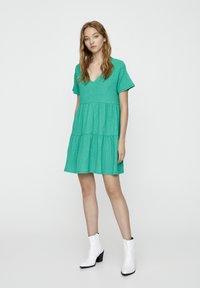 PULL&BEAR - IN WICKELOPTIK - Denní šaty - mottled dark green - 1