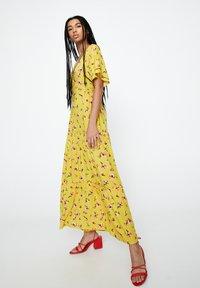 PULL&BEAR - Maxi-jurk - mustard yellow - 1