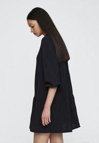 PULL&BEAR - MIT KNÖPFEN - Denní šaty - black - 3