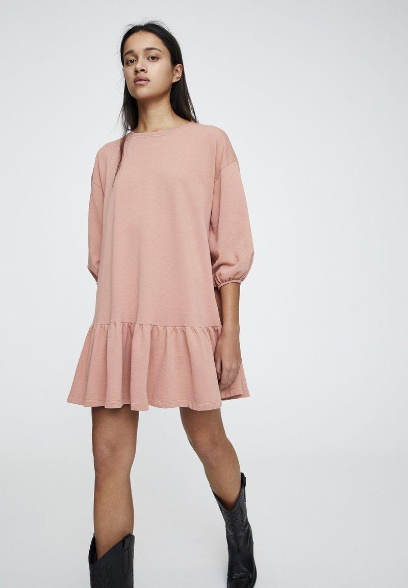PULL&BEAR - DENIMKLEID MIT V-AUSSCHNITT - Robe d'été - rose