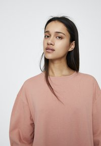 PULL&BEAR - DENIMKLEID MIT V-AUSSCHNITT - Robe d'été - rose - 4