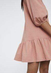PULL&BEAR - DENIMKLEID MIT V-AUSSCHNITT - Robe d'été - rose - 5