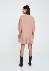 PULL&BEAR - DENIMKLEID MIT V-AUSSCHNITT - Robe d'été - rose - 2