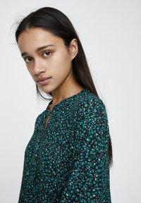 PULL&BEAR - MIT GÜRTEL  - Denní šaty - green - 4