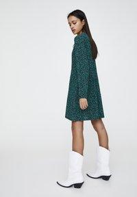 PULL&BEAR - MIT GÜRTEL  - Denní šaty - green - 1