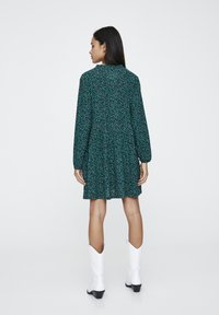 PULL&BEAR - MIT GÜRTEL  - Denní šaty - green - 2