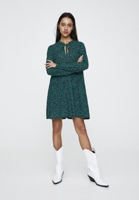 PULL&BEAR - MIT GÜRTEL  - Denní šaty - green - 0