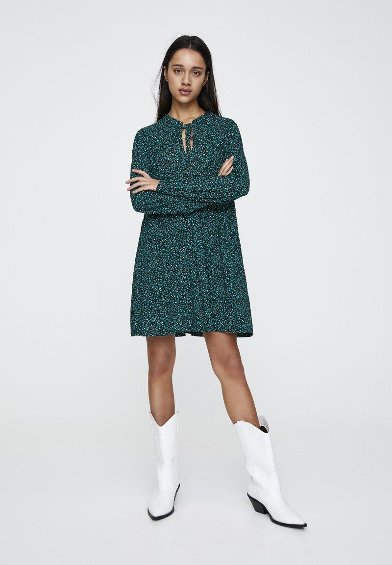 PULL&BEAR - MIT GÜRTEL  - Denní šaty - green