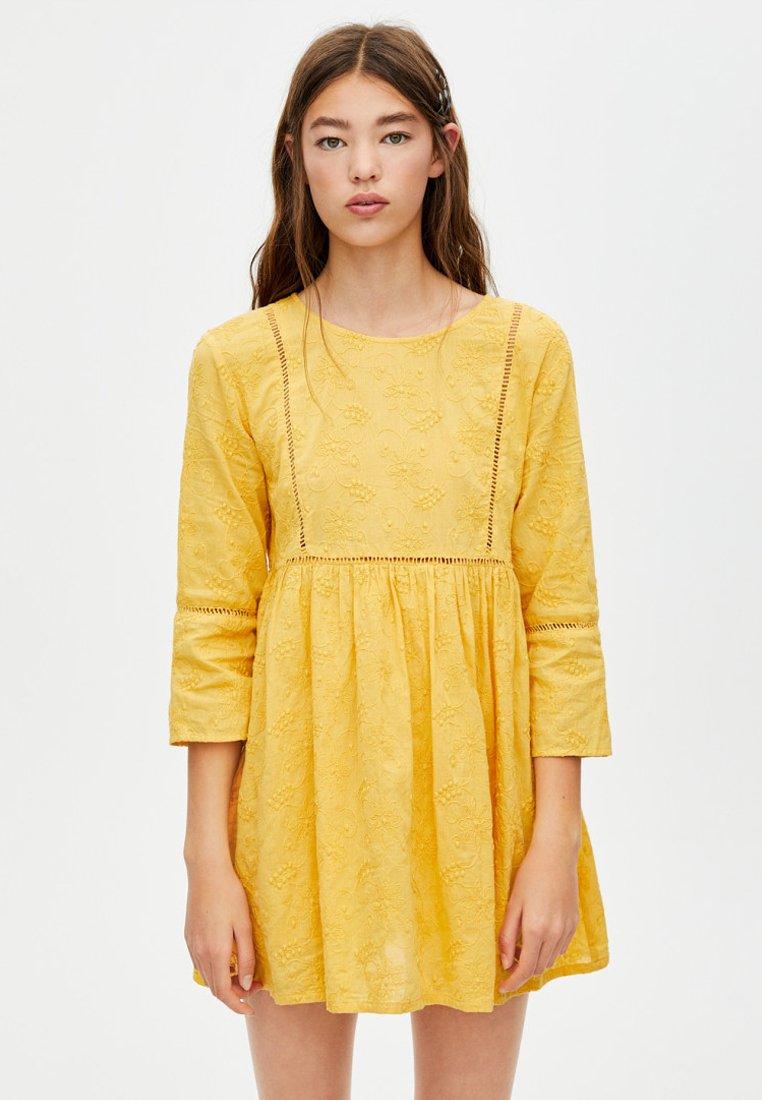 PULL&BEAR - MIT STICKEREIEN  - Freizeitkleid - yellow