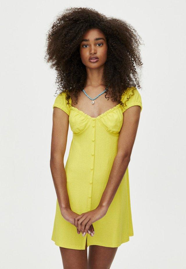 MIT CARMEN-AUSSCHNITT  - Sukienka koszulowa - yellow