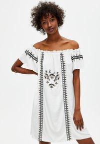 PULL&BEAR - MIT STICKEREIEN - Korte jurk - white - 0