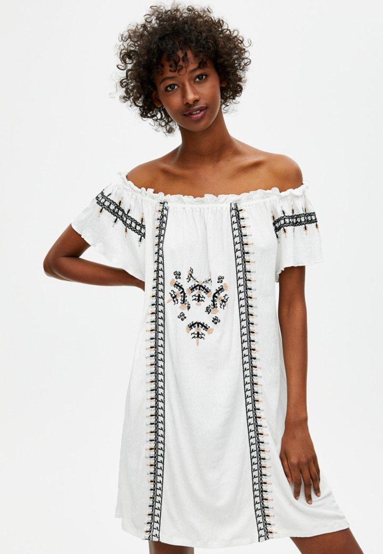 PULL&BEAR - MIT STICKEREIEN - Korte jurk - white