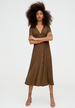 MIT FARBLICH ABGESETZTEN KNÖPFEN  - Vapaa-ajan mekko - brown