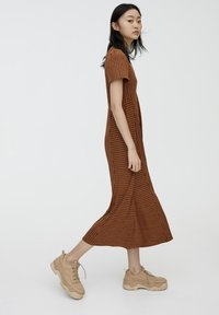 PULL&BEAR - Maxikjoler - brown - 1