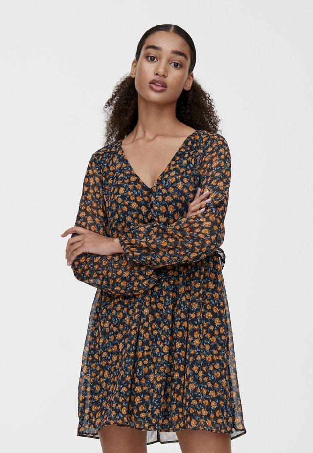 MIT VOLANT UNTER DER BRUST - Sukienka letnia - yellow