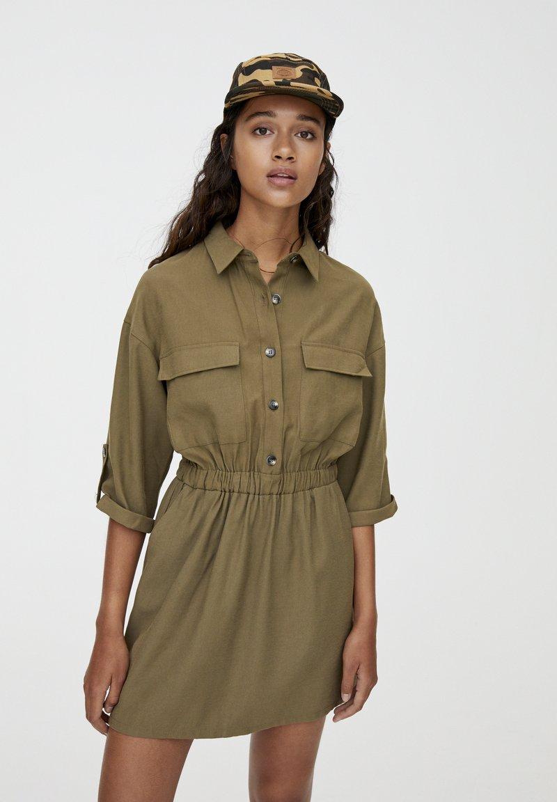 PULL&BEAR - MIT GUMMIZÜGEN - Shirt dress - khaki