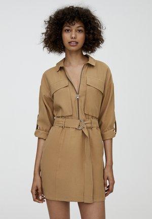 MIT LANGEN ÄRMELN - Denní šaty - camel