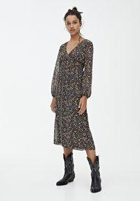PULL&BEAR - GESMOKTES MIDIKLEID MIT PRINT 09390417 - Day dress - black - 1