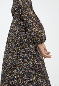 PULL&BEAR - GESMOKTES MIDIKLEID MIT PRINT 09390417 - Day dress - black - 4