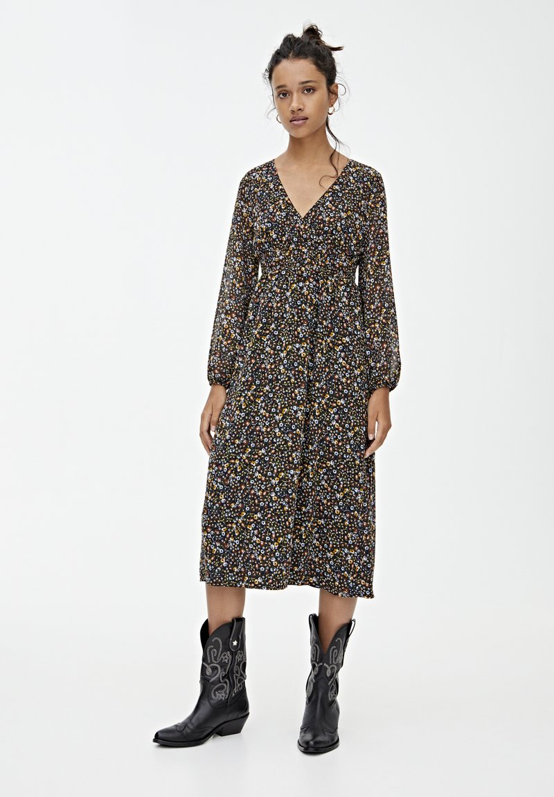 PULL&BEAR - GESMOKTES MIDIKLEID MIT PRINT 09390417 - Day dress - black