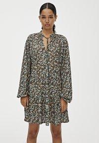 PULL&BEAR - MIT VOLANTS - Robe d'été - green - 0