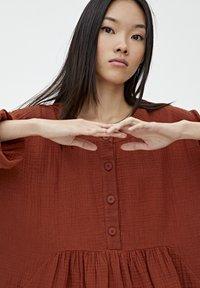 PULL&BEAR - MIT KNÖPFEN - Day dress - mottled red - 4