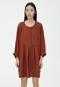 PULL&BEAR - MIT KNÖPFEN - Day dress - mottled red - 0