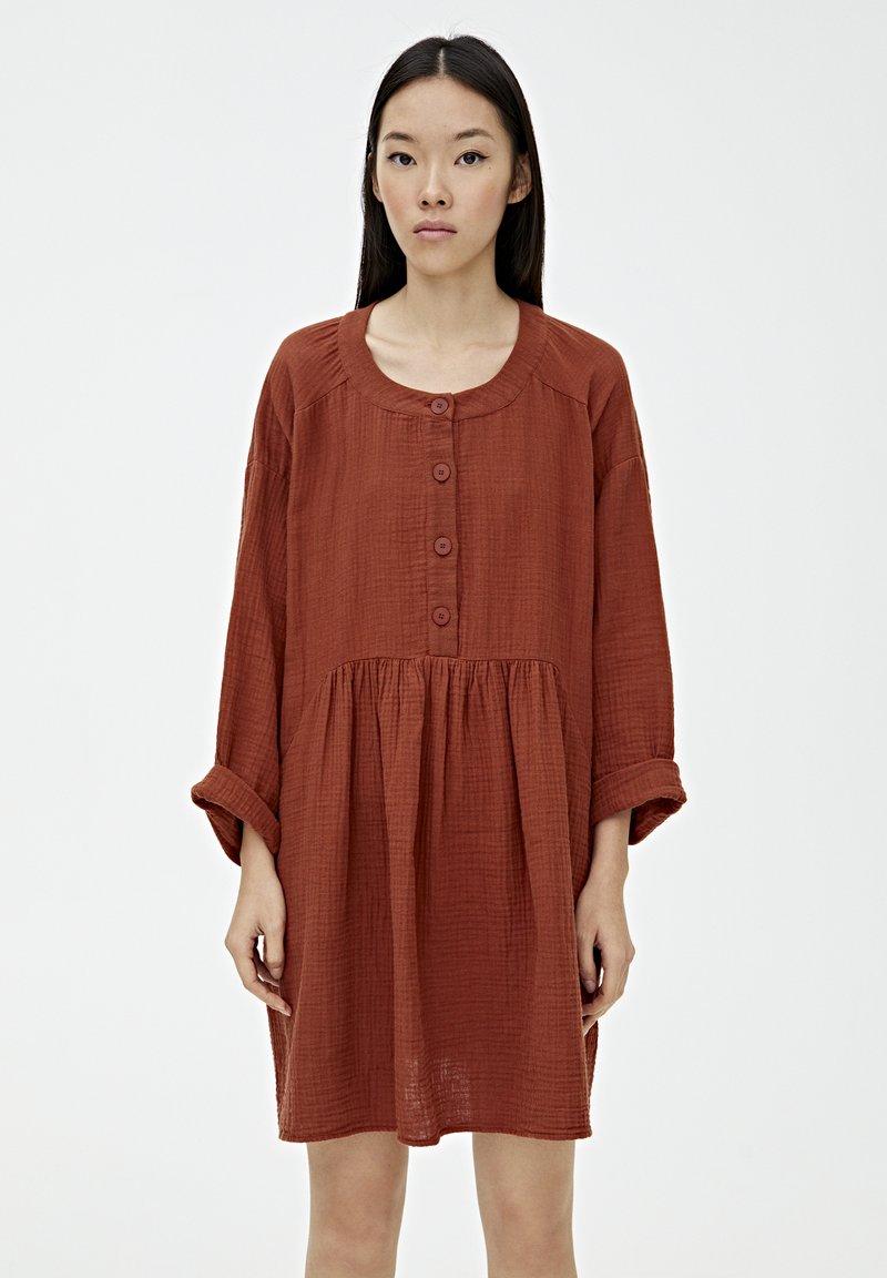 PULL&BEAR - MIT KNÖPFEN - Day dress - mottled red