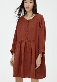 PULL&BEAR - MIT KNÖPFEN - Day dress - mottled red - 3