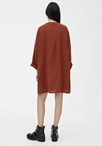 PULL&BEAR - MIT KNÖPFEN - Day dress - mottled red - 2