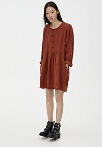 PULL&BEAR - MIT KNÖPFEN - Day dress - mottled red - 1
