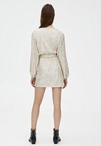 PULL&BEAR - MIT PAILLETTEN - Sukienka koktajlowa - silver - 2