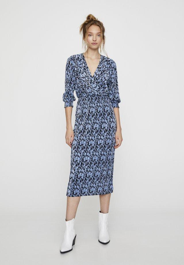 MIT BLAUEM BLUMENPRINT  - Korte jurk - blue
