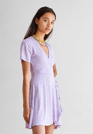 MIT AUSSCHNITT IN WICKELOPTIK UND GEWELLTEM SAUM - Day dress - purple
