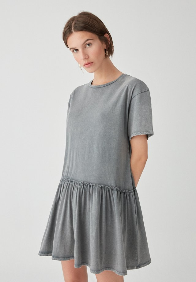 IM WASHED-LOOK MIT VOLANT AM SAUM - Korte jurk - grey