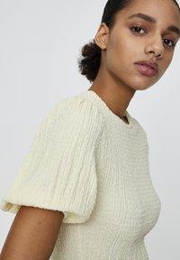 PULL&BEAR - MIT V-AUSSCHNITT  - Bluse - yellow - 4