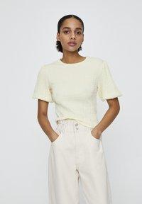 PULL&BEAR - MIT V-AUSSCHNITT  - Bluse - yellow - 0