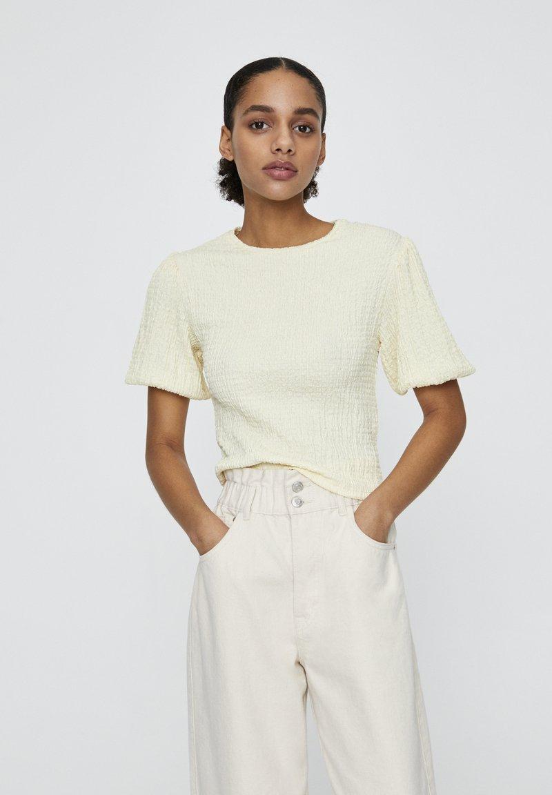 PULL&BEAR - MIT V-AUSSCHNITT  - Bluse - yellow