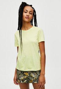 PULL&BEAR - Basic T-shirt - yellow - 0