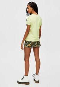 PULL&BEAR - Basic T-shirt - yellow - 2