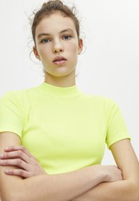 PULL&BEAR - Basic T-shirt - neon yellow - 4